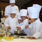 幅広い年齢層の子どもが協力しながらの調理は真剣そのもの