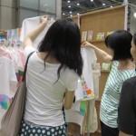 手描きの一点もののTシャツは約4,000円くらい