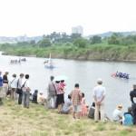 川沿いでレースを見守る観客からは、贔屓のチームに熱い声援が送られた