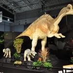ヒパクロサウルス・ステビンゲリの実物大の成体と幼体を白亜紀後期の世界に再現
