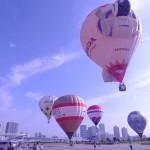 全部で5機の熱気球が夏の青空に浮かび上がる。会場には朝早くから大勢のファミリーが詰めかけた