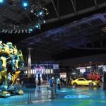 巨大トランスフォーマーや、変型前の高級車が展示されたメインホール