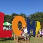 大きなLOHASのロゴの前は親子の写真撮影スポットとして人気