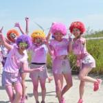 ピンクに染まったハイテンションな女の子5人組は、衣装もキュート