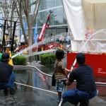 暑さを吹き飛ばす日本の知恵、打ち水に挑戦
