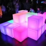 「メディアブロックチェア」は、ブロックの凹凸を組み合わせると、凸の面から凹の面へ情報が伝わり凹の面のブロックの色が変化する