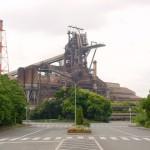 工場のシンボルともいえる溶鉱炉は、バスの中から見学できる
