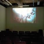映画上映のない平日に開催されたスライドショー写真展示