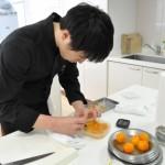 段取りよく調理を進めていくシェフたちの手からオリジナリティあふれる一皿が生まれていく