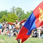 試合の前に鳥が舞うような動作を見せるのもモンゴル相撲ならではの特長
