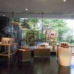 目黒雅叙園のロビーには神の手の作品が展示されていた