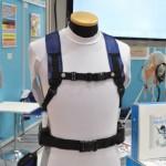 Tシャツなどの上に専用ベルトで装着し、送風機で衣類内部の空気を循環送風させる装置。制服を着る警備員や着ぐるみ着用時に重宝する(猛暑対策展)