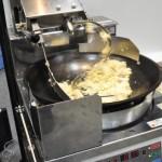 鍋ふり不要で、アルバイトさんでも本格的なチャーハンがつくれる自動平面回転式炒め機