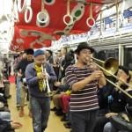 渋さ知らズストリートオーケストラは、ミュージシャン、舞踏家、ダンサーなどから成る大所帯