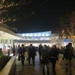 多摩モノレール「立飛」駅直結でイベントスペースへ。夜は連絡デッキの木々がライトアップ(~2/14まで)