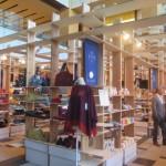 アトリウムの物販エリアでは中川政七商店が展開する4ブランドやパートナー企業の商品が勢ぞろい