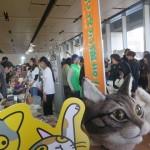 猫アイテムのショップが大集合の「ニャンダフルマーケット」。ピーク時は渋滞状態