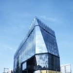 「江戸切子」をモチーフに、「光の器」というコンセプトでつくられた建物外観