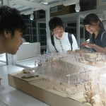 建築学科の生徒の姿が多い 。アクリルなどコストのかかる模型の表現に「ヤバイ」