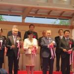 主催者・来賓者らが登壇したテープカット。写真中央に小池百合子東京都知事、森喜朗(公財)東京オリンピック・パラリンピック競技大会組織委員会会長