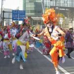 華やかな頭飾りを付けて跳ね踊る。踊り手の先頭には「ミスター跳人(はねと)」が(「青森ねぶた祭」)