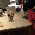 子どもたちはユーモラスなロボットの動きに釘付け