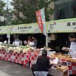 東京産の食材の展示や販売をする店舗が並ぶ