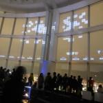 夜景が映る東京シティビューの窓ガラス面にインベーダーを投影
