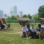 芝生の上に全部で8セットの大型テントやタープを設置