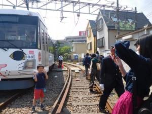 小学生以下を対象にした「乗務員体験」。「幸福の招き猫電車」と記念撮影