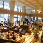 1階会場の風景。手前のオープンスペースのカフェは「Café & Deli GGCo.(ジージーコ―)」