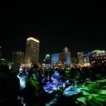 広場と周辺の施設を一体的に街全体を光と音で演出