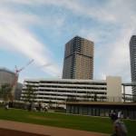「有明ガーデンパーク」からの風景。写真向かって中央から右側に「シティタワーズ 東京ベイ」、左側に建設中の「有明四季劇場」